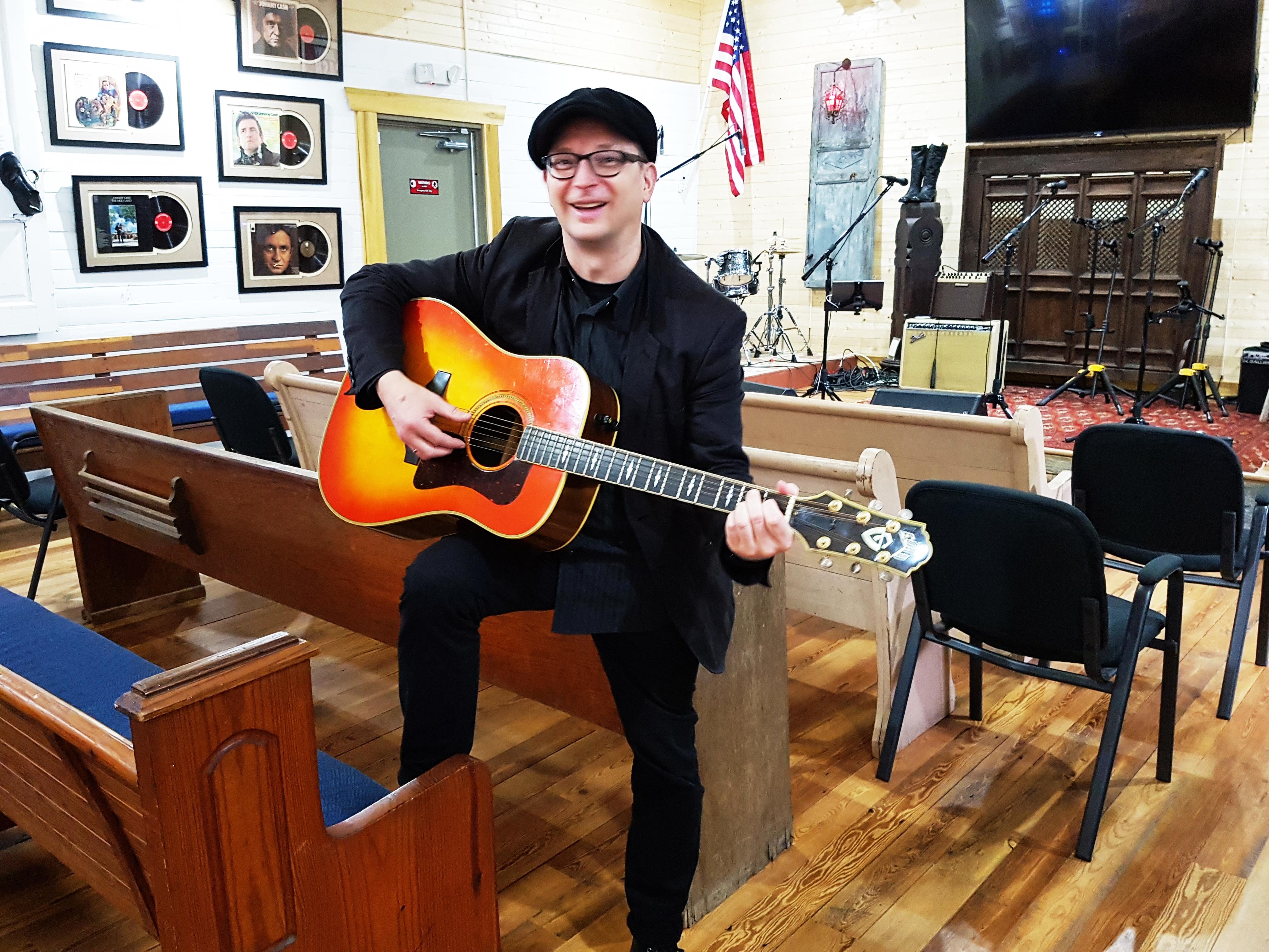 Mit der Gitarre von Johnny Cash im Storytellers Museum in Bon Aqua kurz vor meinem spontanen Auftritt