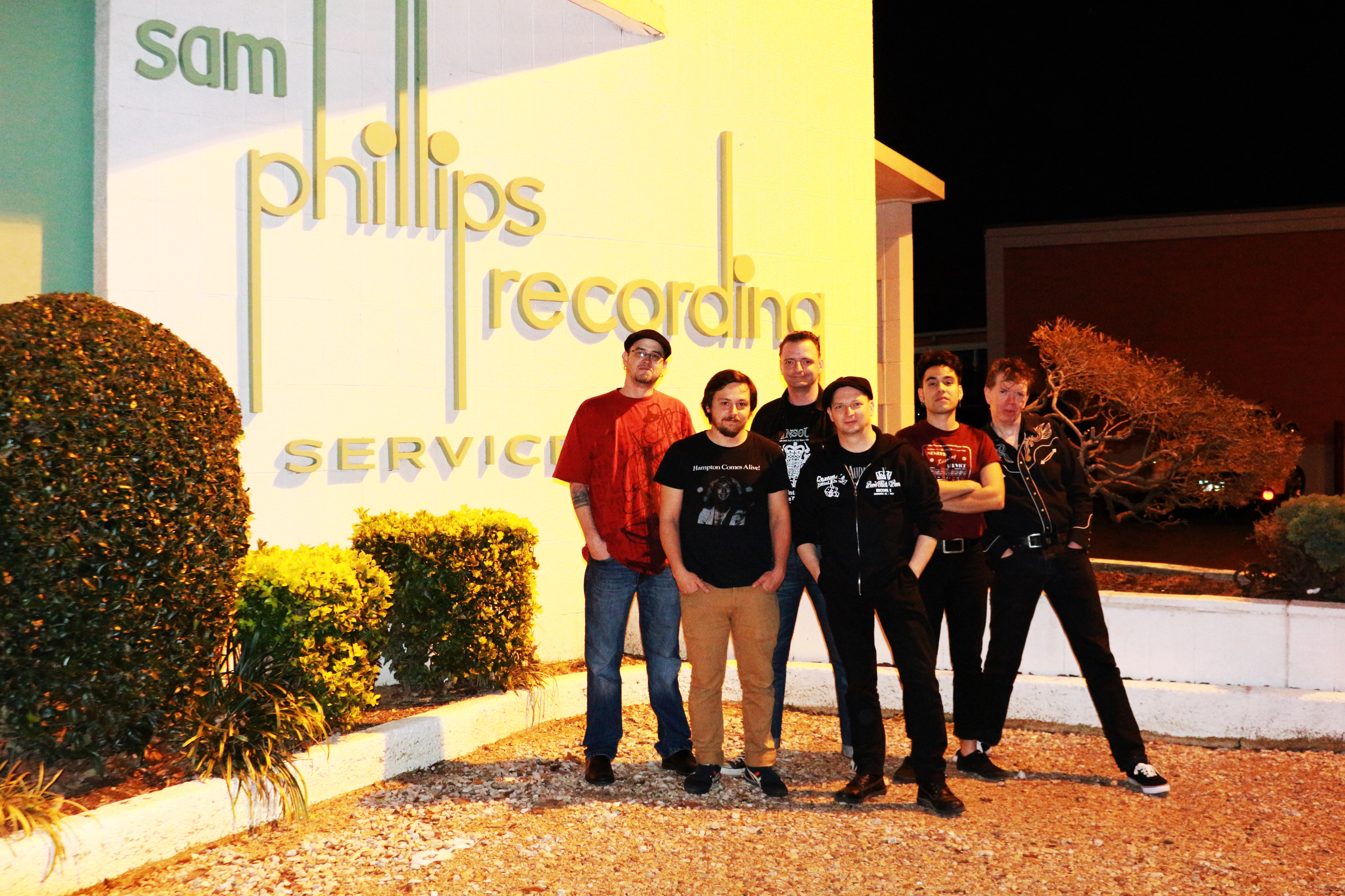 Mit der Tennessee Tapes Band und den Tontechnikern vor dem Sam Phillips Recording Studio