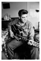 Elvis und seine Isana Gitarre